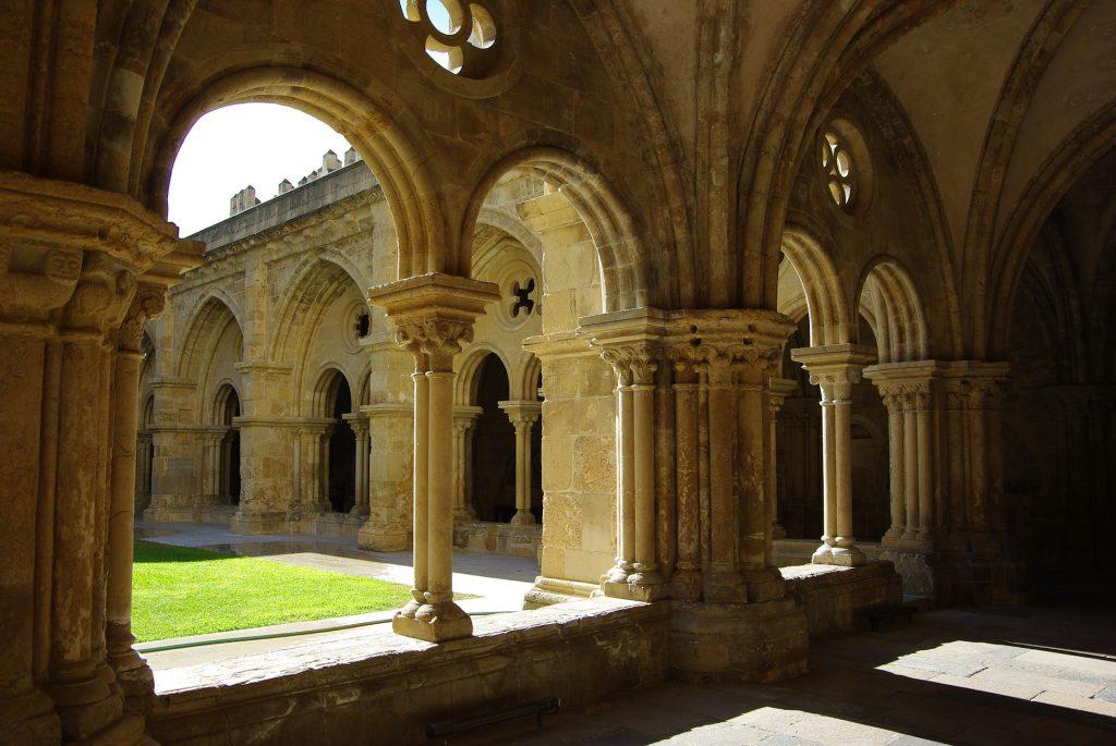 Coimbra é uma das cidades entre Lisboa e Porto para um lindo roteiro por Portugal